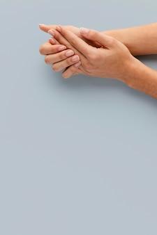 Close-up de mãos com lindas unhas