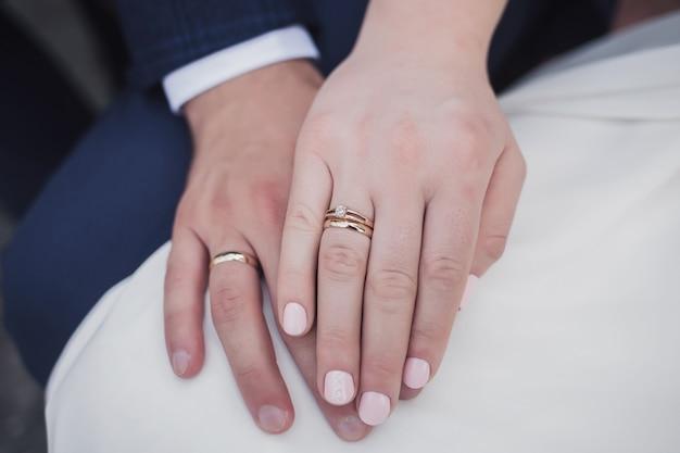 Close-up de mãos de homem e mulher com aliança