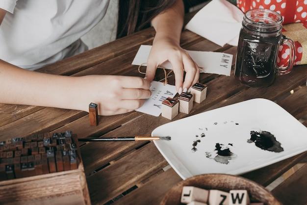 Close-up de mãos pintando dentro de casa