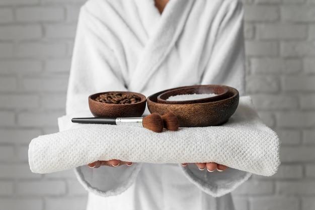 Close-up de mãos segurando tigelas com remédios