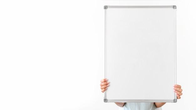 Close-up de mãos segurando um quadro em branco