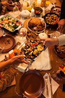 Close-up de mãos segurando um recipiente para comida