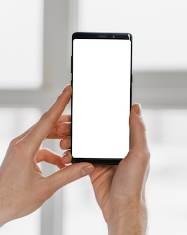 Close-up de mãos segurando um smartphone