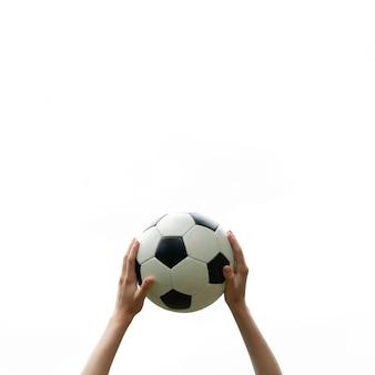 Close-up de mãos segurando uma bola de futebol