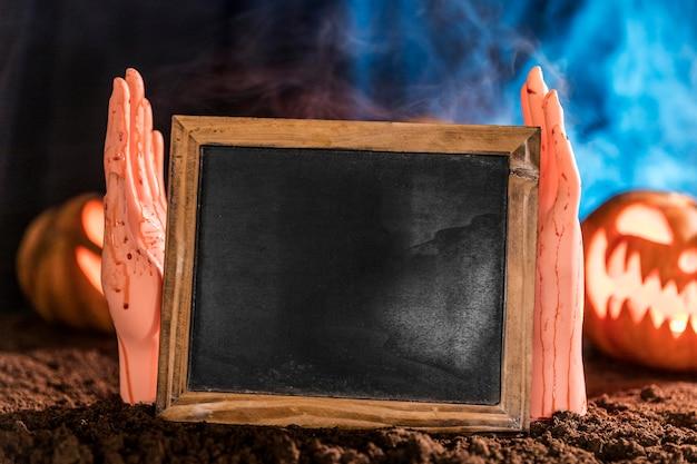 Close-up de mãos segurando uma lousa