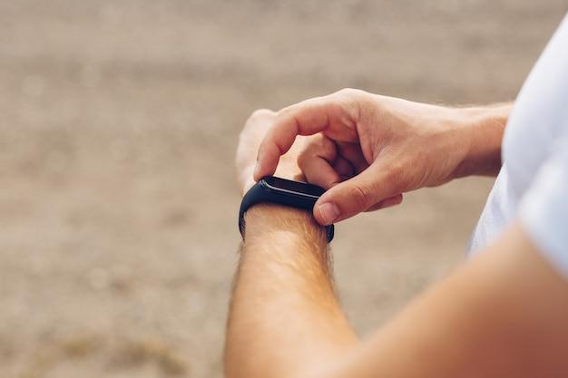 Close-up de mãos tocando e configurando smartwatch