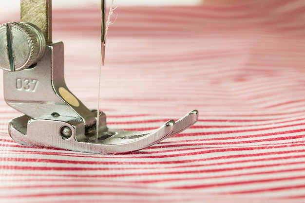 Close-up de máquina de costura e tecido