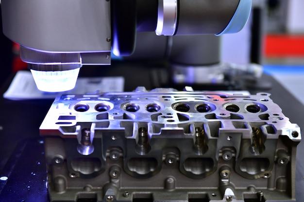 Close-up de máquinas cmm de visão multissensor 3d para inspeção de peças de alta precisão durante o trabalho em indústrias
