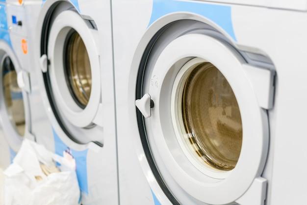 Close-up de máquinas de lavar roupa de trabalho