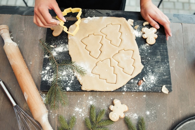 Close-up de massa de pão de gengibre com biscoitos formados