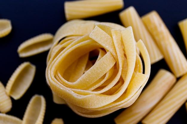 Close up de massa italiana em fundo preto. macarrão. espaguete. foco seletivo.