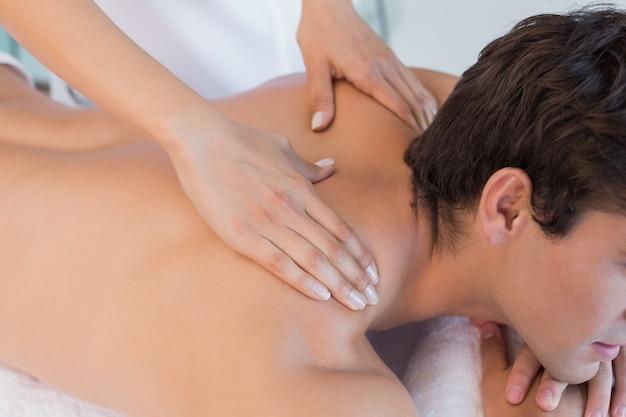 Close up de massagem nas costas no centro de spa