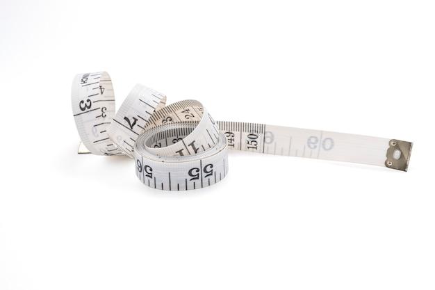Close up de medir a fita no fundo branco. isolado com a foto do traçado de recorte.