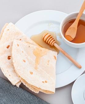 Close-up de mel e tortilhas em um prato