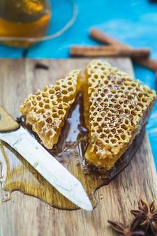 Close-up, de, mel, pente, pedaços, com, faca, ligado, tábua cortante