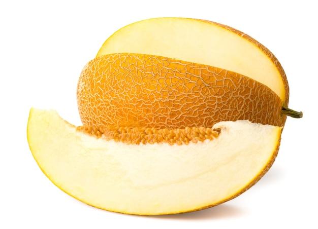 Close-up de melão maduro e pedaço cortado, em branco. isolado