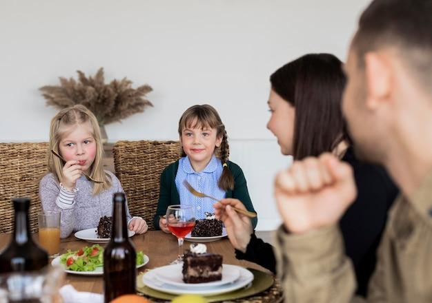 Close-up de membros da família comendo