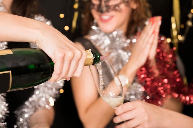Close up de meninas com champanhe na festa de ano novo
