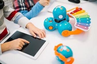 Close-up, de, menino, tocar, a, digital, tabuleta, tela, branco, escrivaninha