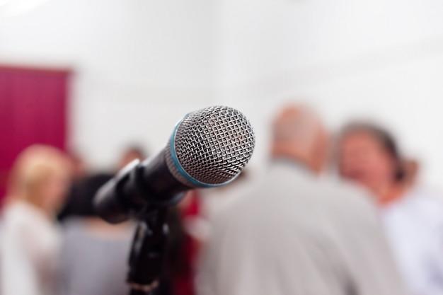 Close-up de microfone na sala de conferências