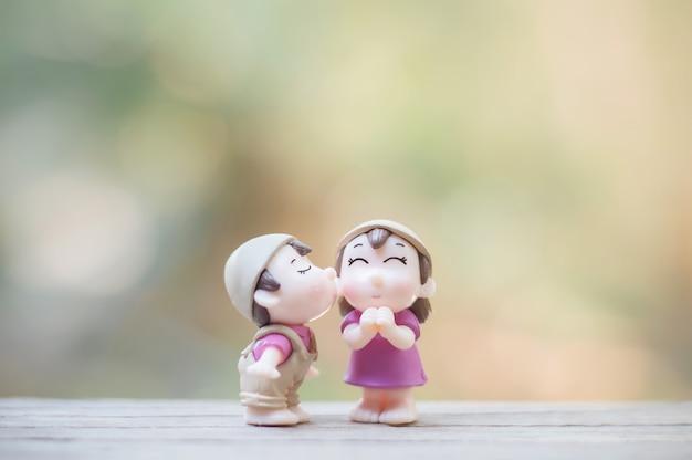 Close-up de mini bonecos de casal em beijo romântico