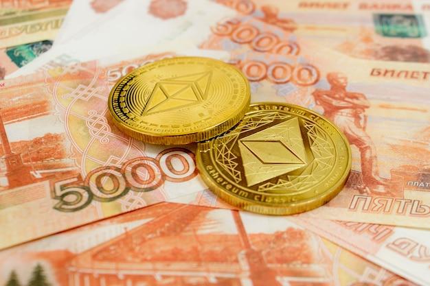 Close-up de moedas ethereum na nota de 5000 rublos russos. moeda criptográfica etc.