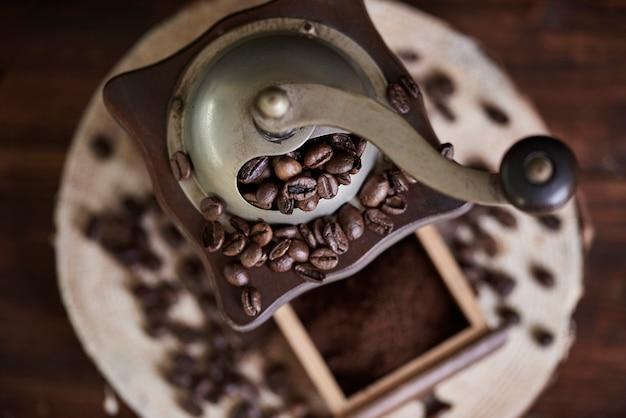 Close up de moedor de café e feijão