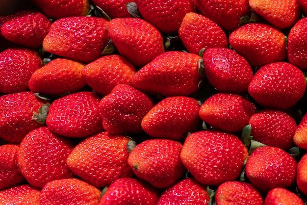Close up de morangos maduros no mercado - textura de frutas.
