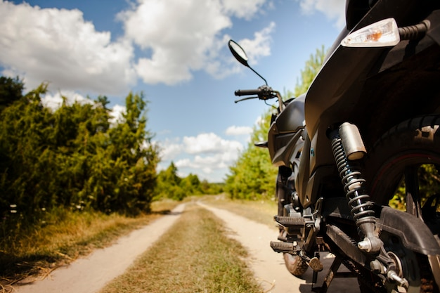 Close-up de moto traseira na estrada de terra