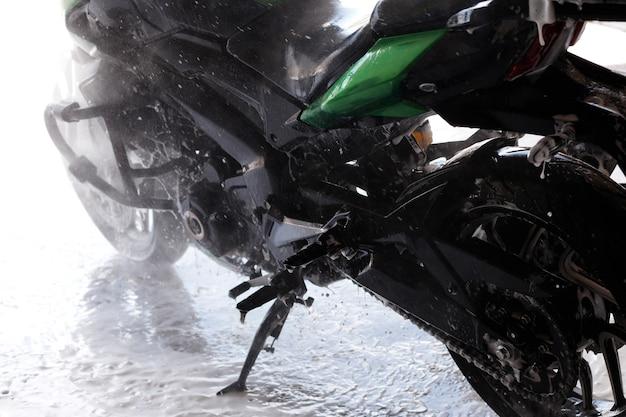 Close-up de motocicleta em um lava-jato na água
