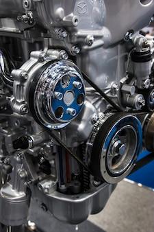 Close-up de motor de carro e peças de engrenagem de automóvel.