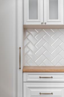 Close-up de móveis de cozinha brancos