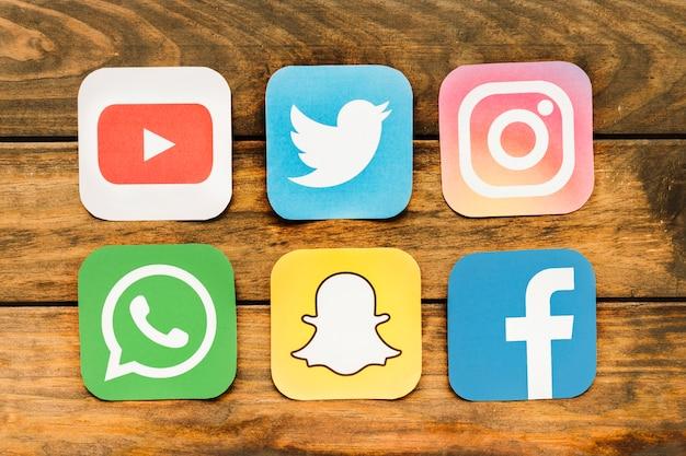 Close-up, de, móvel, networking, ícones, ligado, tabela madeira