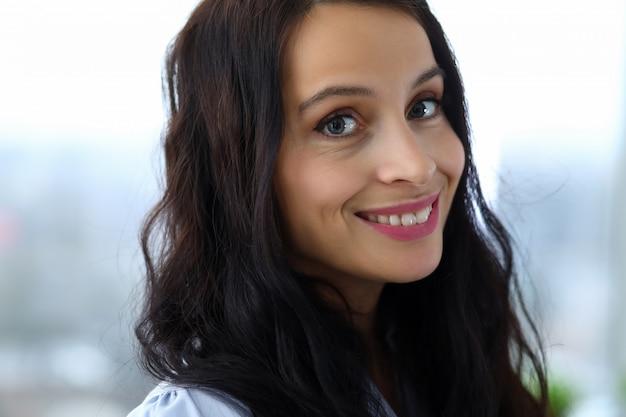 Close-up, de, mulher bonita, olhando câmera, com, felicidade