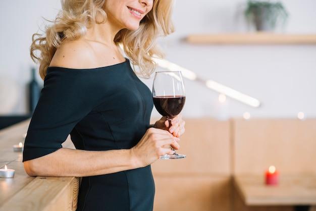 Close-up, de, mulher bonita, segurando, copo vinho