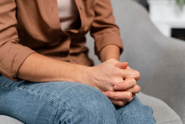 Close-up de mulher de mãos dadas