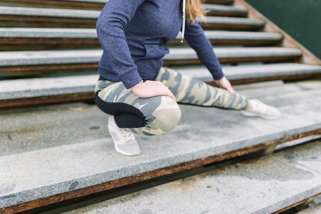 Close-up, de, mulher, exercitar, ligado, escadaria