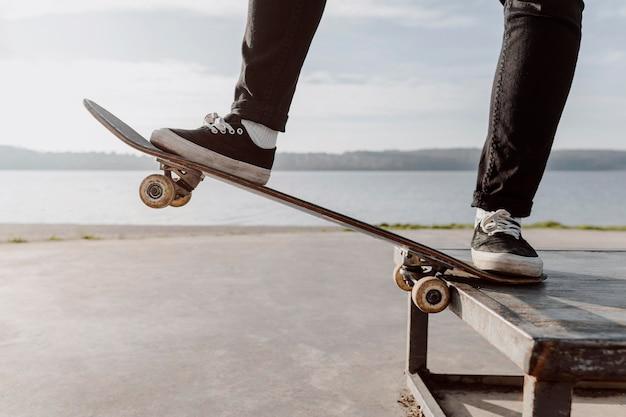Close-up de mulher fazendo truques de skate