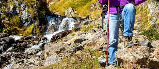 Close-up, de, mulher, hiker, paga, em, a, montanha