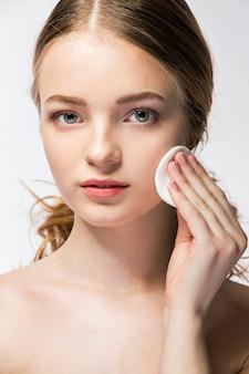 Close-up, de, mulher jovem, segurando, esponja beleza