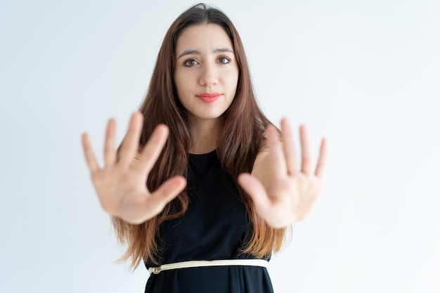 Close-up, de, mulher jovem sorridente, mostrando, parada, gesto