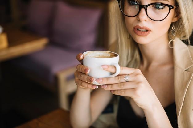 Close-up, de, mulher jovem, xícara café segurando