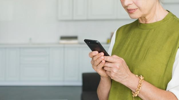 Close-up, de, mulher, mão, usando, smartphone