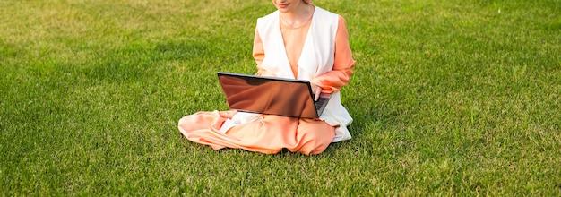 Close-up de mulher muçulmana no parque com notebook