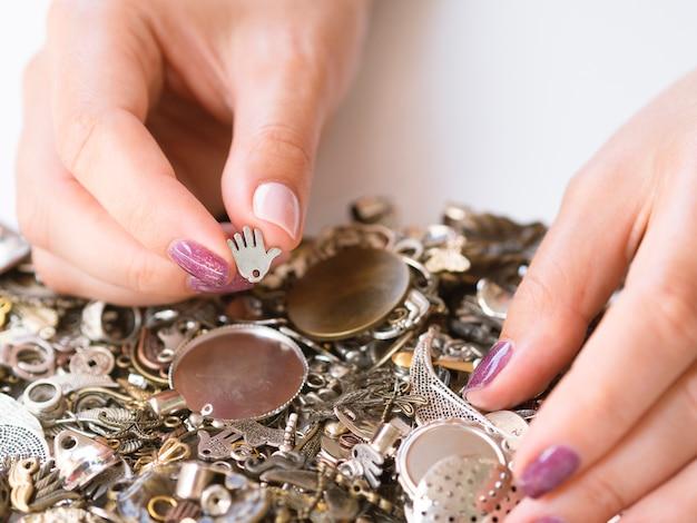 Close-up, de, mulher segura, acessórios metal