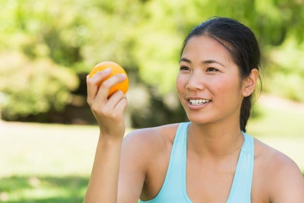 Close-up, de, mulher segura, laranja, parque