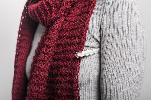 Close-up, de, mulher segura, termômetro, sob, dela, braço