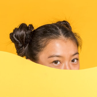 Close-up, de, mulher segura, um, cartão amarelo