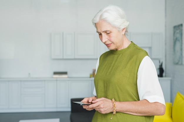 Close-up, de, mulher sênior, usando, móvel, casa