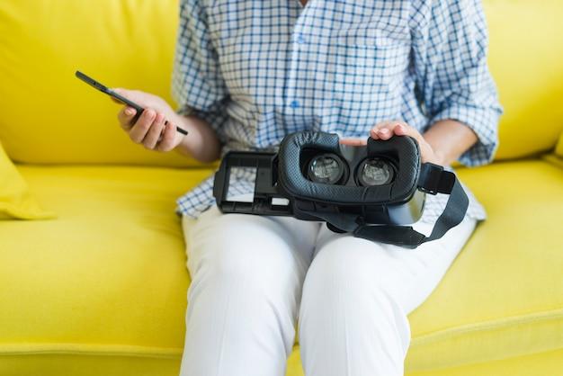 Close-up, de, mulher senta-se sofa, com, smartphone, e, câmera virtual